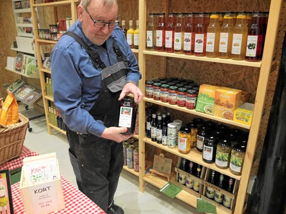 Ikke alene dyrker Knud Højmark jorden. Han er også mand for at sylte bl.a. asier og rødbeder, som de sælger i forretningen. Foto: Gunnar Onghamar
