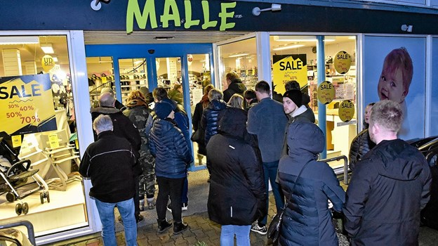 Køen var lang og der var nærmest trafikkaos, da klokken nærmede sig 9.00 3. juledag udenfor Malles Barnevogne i Snedsted. Foto: Ole Iversen