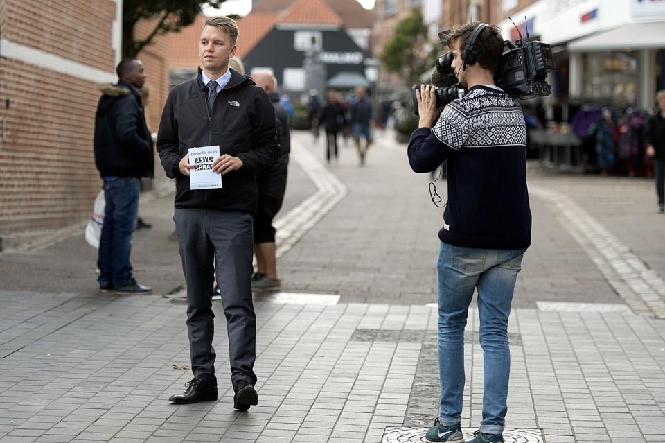 Formand for Danskernes Parti, Daniel Carlsen, delte delte såkaldt asylspray ud i Thisted torsdag eftermiddag. Foto: Torben Hansen