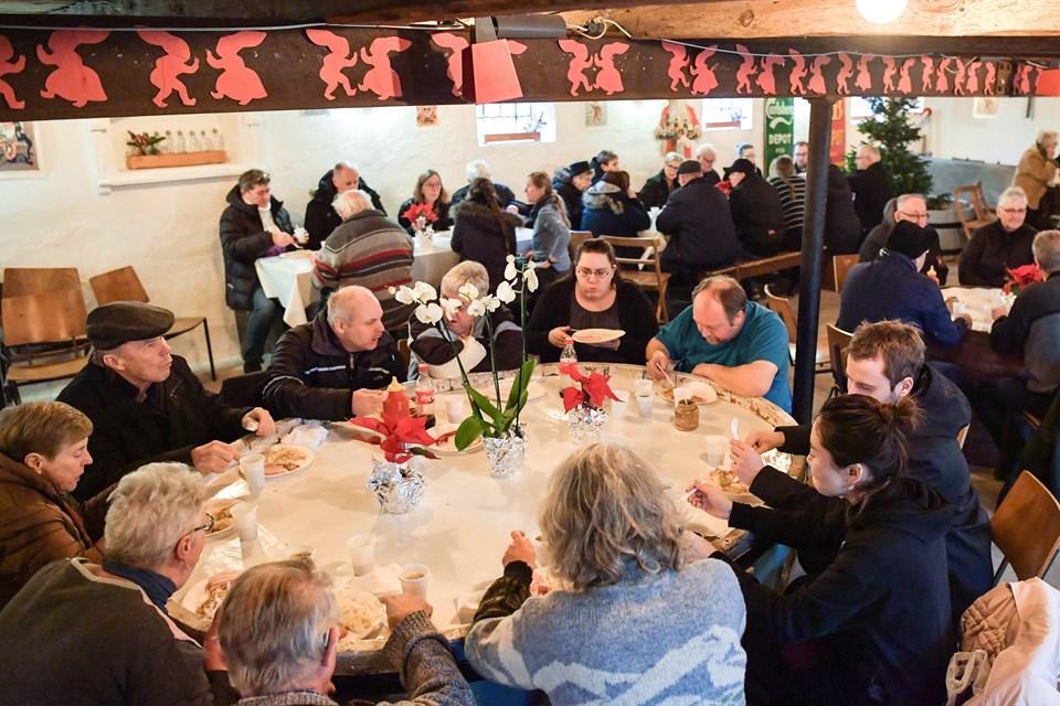 Hyggen bredte sig i kælderen, hvor godt folk mødtes for at lade julefreden sænke sig og nyde et klassisk julemåltid sammen med familie, venner og bekendte. Foto: Claus Søndberg Claus Søndberg