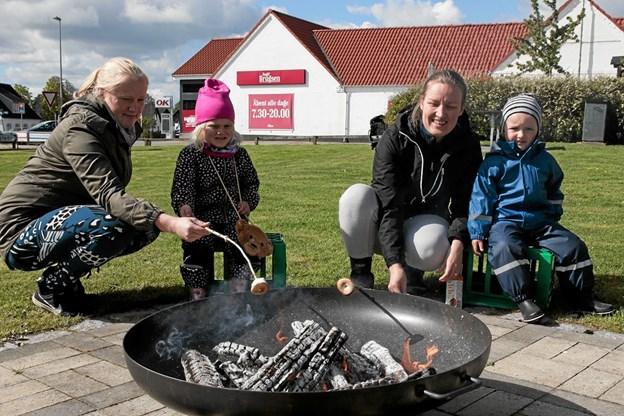Der blev ristet skumfiduser over bål. Foto: Peter Jørgensen Peter Jørgensen