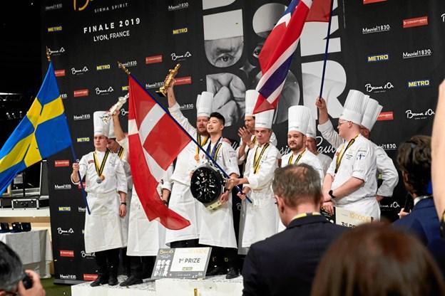 Kenneth Toft-Hansen kunne i forrige uge løfte trofæet som vinder af det uofficielle kokke-VM, Bocuse d'Or. Arkivfoto: Bucose d'Or Danmark