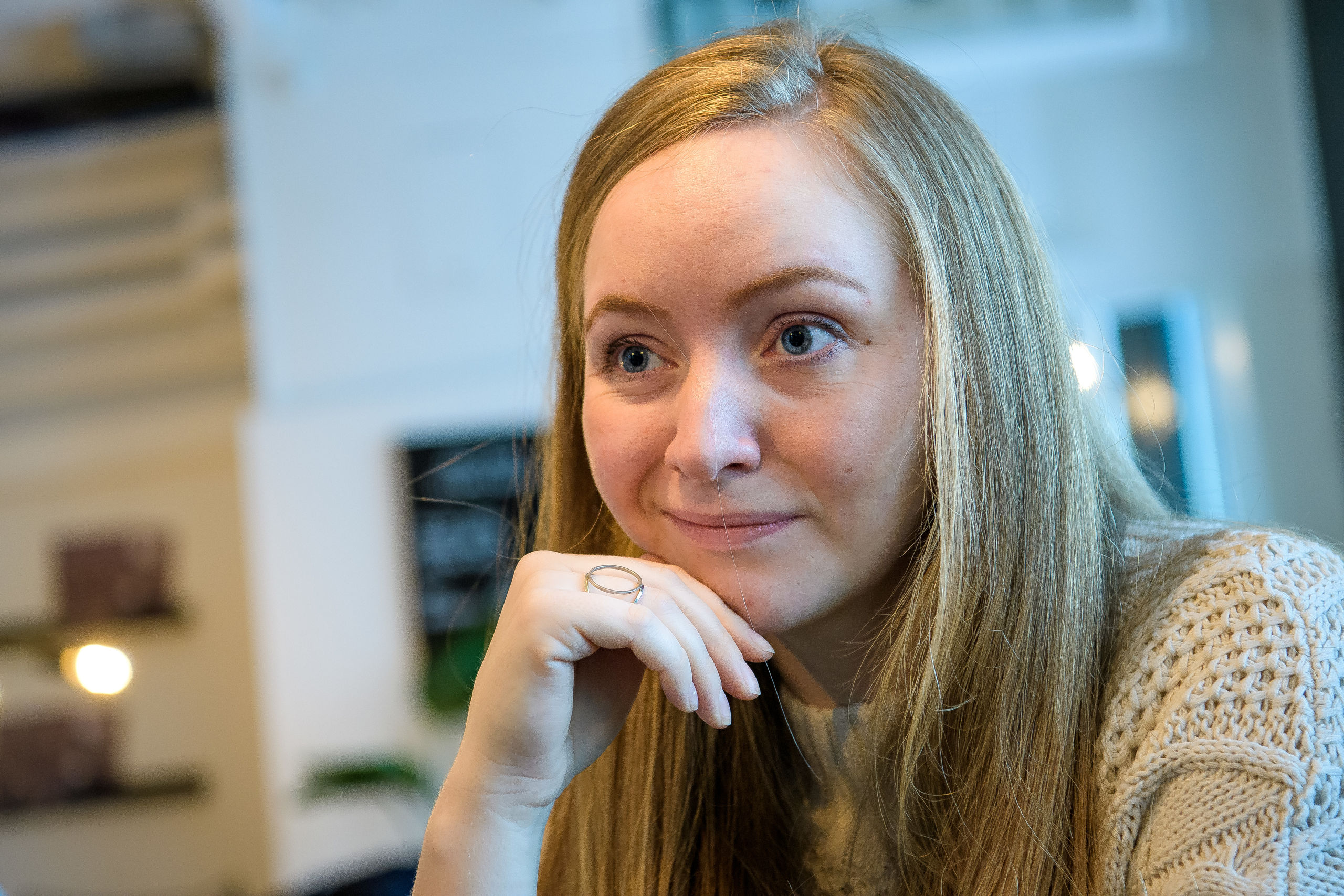 Clarissa Johansen er snart færdig som lærer, og hun synes, at en lektiecafé er et godt supplement til praktik. Og så giver det meget at gøre noget for andre, synes hun. Foto: Bo Lehm