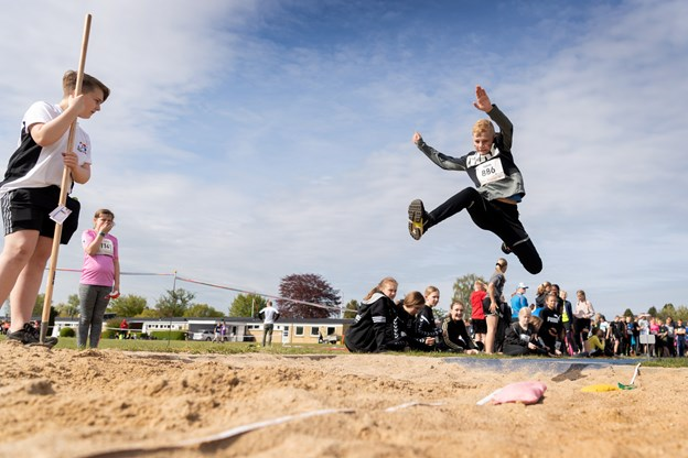 Eleverne prøvede også kræfter med længdespring Torben Hansen
