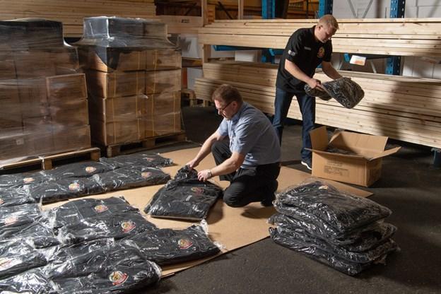 De 2.400 trøjer er blevet sejlet hjem, og Niels Andersen var noget nervøs for, om de kom frem i tide. Men selvfølgelig gjorde de det, og de er nu klar til at blive udleveret til de mange frivillige.Foto: Henrik Louis HENRIK LOUIS