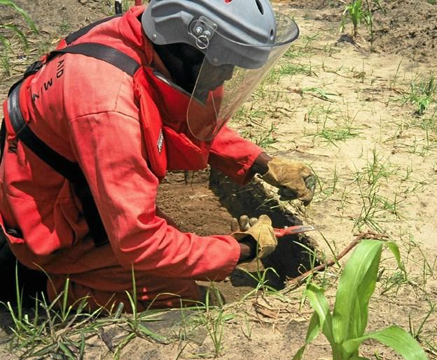 Minerydning er desværre en udbredt nødvendighed efter borgerkrigen i Angola. Privatfoto