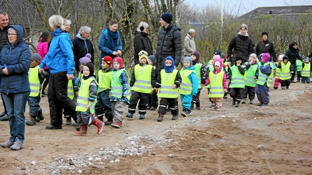 Her ankommer Brovst børnehave og vuggestue til den nye skov, som de selv skal være med til at anlægge. Foto: Flemming Dahl Jensen Flemming Dahl Jensen