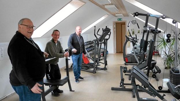 Ib Thomsen og Carsten Vejrum viser her Mogens Sørensen klubbens motionscenter. De kan i øvrigt se frem til, at der snart bliver installeret et nyt løbebånd, som der har været en del efterspørgsel på. Foto: Tommy Thomsen Tommy Thomsen