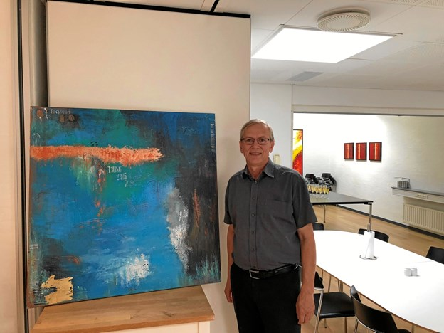 Kenneth Jensen med maleriet, som er udført af den lokale kunstner Anne Hjort. Privatfoto