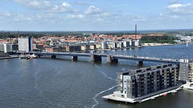 Har du set din by fra oven? Ellers er chancen der på lørdag, når der er helikoptertur over Aalborg. Arkivfoto: Claus Søndberg