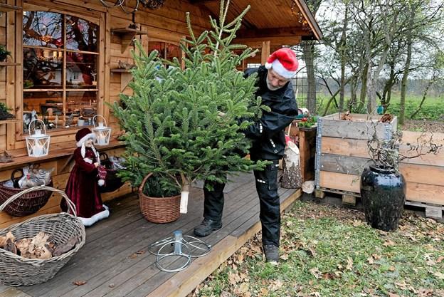 Ove Hansen har designet og fremstillet flotte juletræsfødder i forkromet stål med tre forskellige hulstørrelser. Foto: Niels Helver Niels Helver