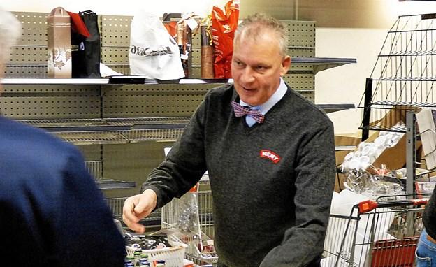 Den nye ejer af supermarkedet i Als, Michael Rosengren, måtte give hånd mange gange i tre timer søndag eftermiddag til borgere, der bød ham velkommen. Foto: Ejlif Rasmussen