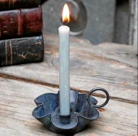 At sidde på kontoret i præstegården med et stearinlys tændt og med alle de gamle tekster om et lys, der skinner i mørket ... Marianne Dyhrberg Cornett