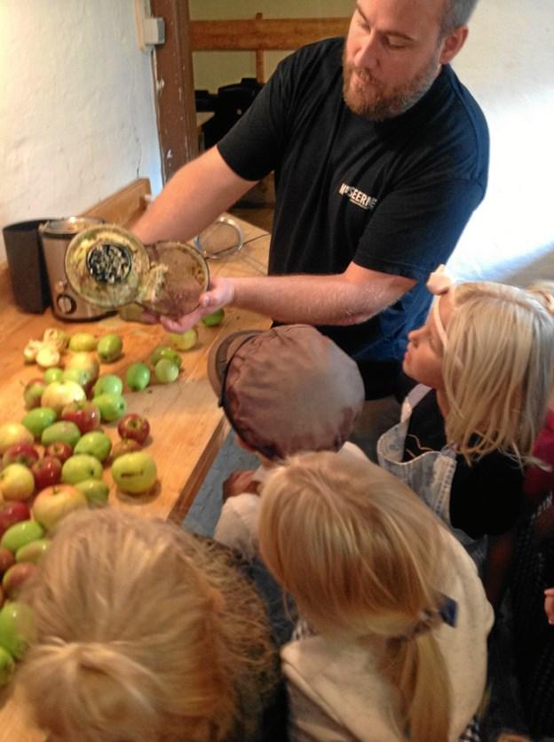 Der arbejdes med æbler på Vildmosemuseet.PR-Foto
