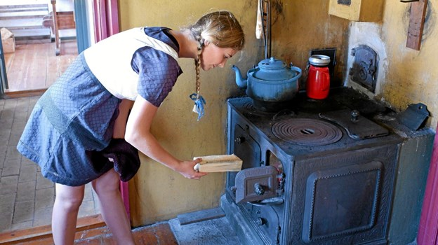 Det er Freja, der har ansvaret for, at der er fyret op i komfuret. Foto: Niels Helver Niels Helver