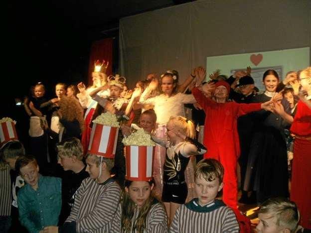 Ved sidste scene var alle deltagere på scenen til den afsluttende dans for prinsessen og den væmmelige drage med navnet Væm. Foto: Kjeld Mølbæk Kjeld Mølbæk
