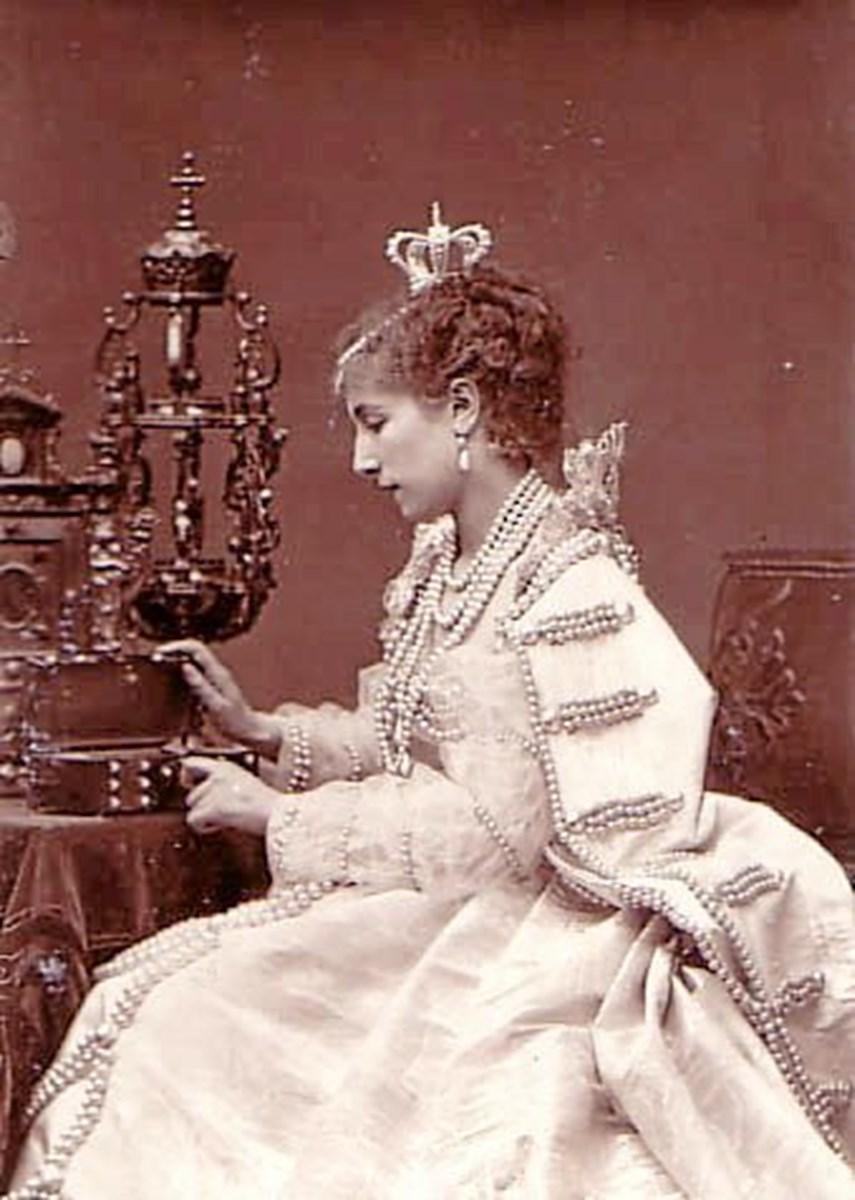 "Sarah Bernhardt - her som dronningen i Victor Hugo's skuespil ""Ruy Blas"". Privatfoto."