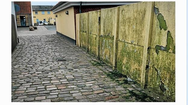 Den gamle mur ved Jens Bangs Sti trænger unægtelig til forskønnelse. Privatfoto.
