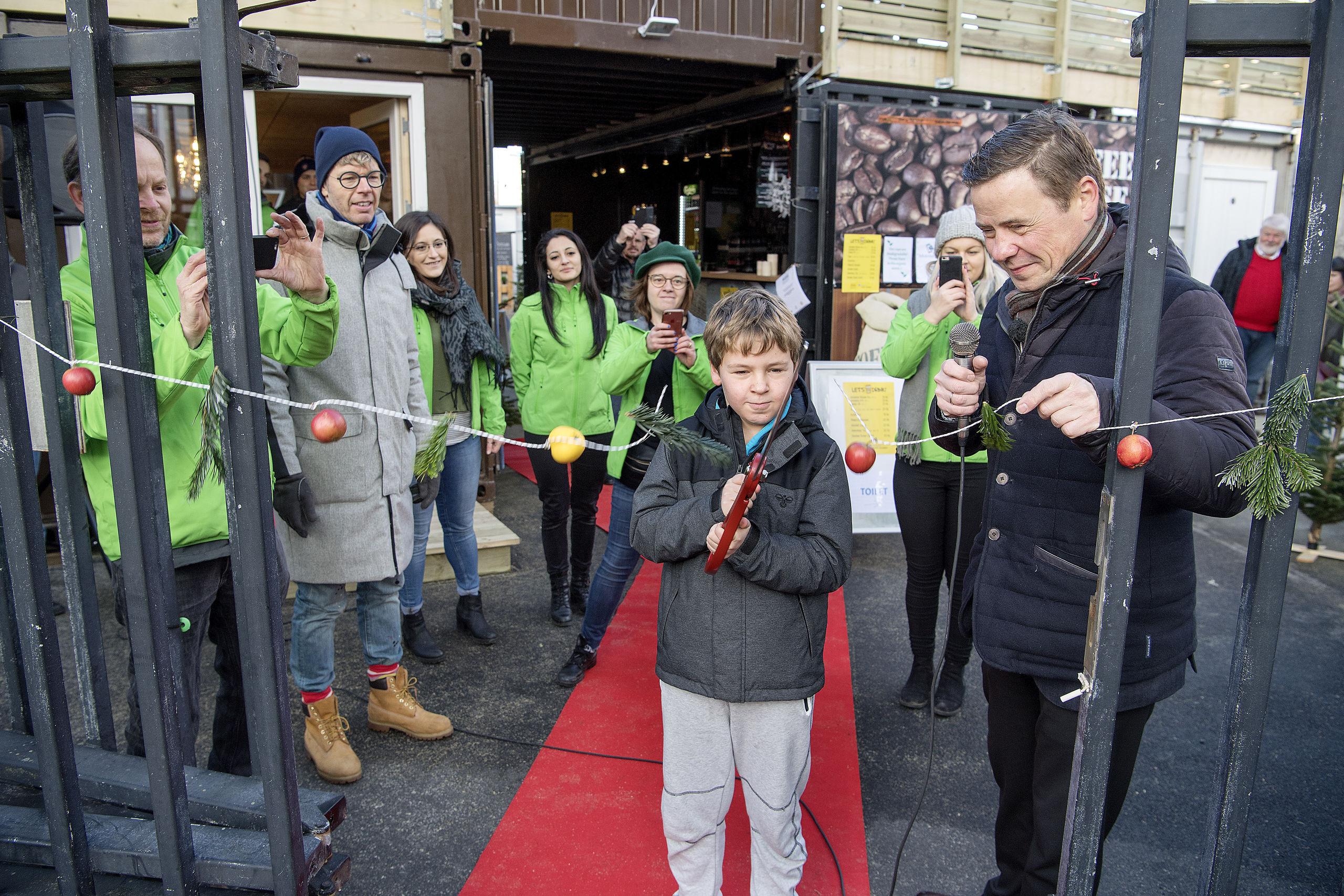 Sådan så det ud, at borgmester Thomas Kastrup-Larsen og sønnen Aksel sidste år klippede snoren til BoxTown. Arkivfoto: Lars Pauli