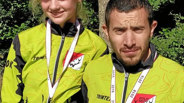 Ida Riis Madsen og talenttræner Johan MacLassen med deres sølv- og guldmedaljer. Privatfoto