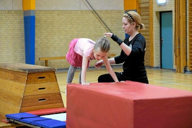 Diana Olesen træner børnene i forskellige springøvelser. Foto: Niels Helver Niels Helver
