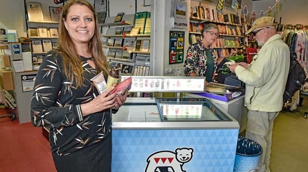 Boghandler Dorthe Nørbjerg byder nu også Premier Is i butikken. Foto: Ole Iversen