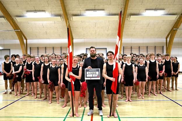 De rørte elever overrakte det store beløb til Christian Erhurt fra Make-a-Wish.Privatfoto