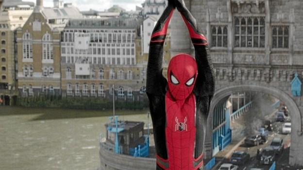 "Spiderman i aktion på Tower Bridge i London i den seneste Spiderman-film ""Far from home"", som Kinorevuen i Skørping har på plakaten i den kommende uge. PR-foto"