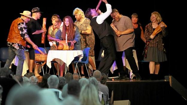 Alle ti skuespillere var på scenen i nummeret 'Kødæderen'. Foto: Allan Mortensen Allan Mortensen