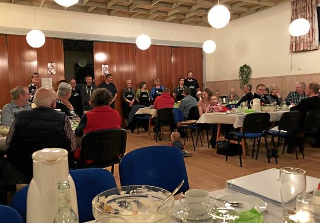 Fællesspisning i forsamlingshuset har tradition for at trække folk af huse i Øster Assels. Privat arkivfoto.