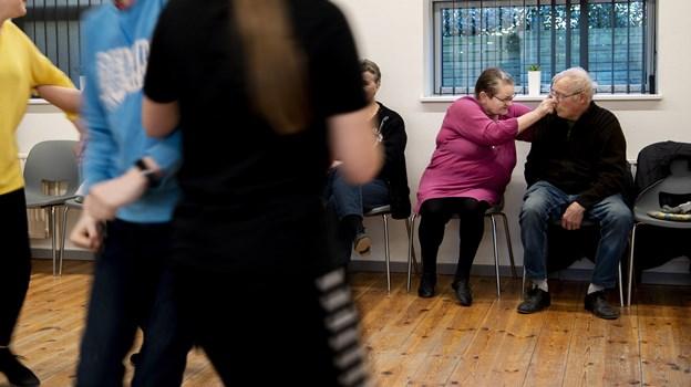 Voksne dansere er klar til at springe til fra sidelinjen, når der mangler folk.Foto: Laura Guldhammer Foto:  Laura Guldhammer