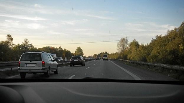 Personbilister med slukkede baglygter på motorvejen.