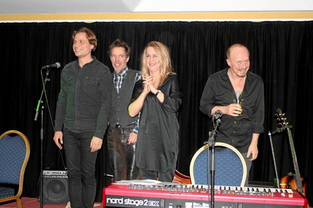 Aftenens involverede musikere modtager helt fortjent publikums hyldest med Laura Illeborg som nr. 3 fra venstre. Privatfoto