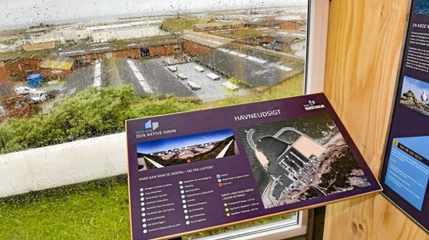 De fire udstillings-containere er fyldt med information om Hanstholm Havn. Ud gennem ruderne får man ef flot udkig, mens man læser. Foto: Ole Iversen