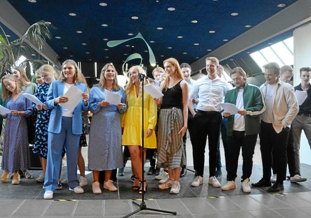 Mange klasser greb mikrofonen og holdt taler, lavede konkurrencer eller - som 3.e på billedet her - underholdt med en sang, de selv havde skrevet.