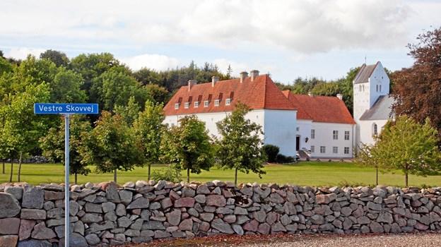 Oxholm Kirke er en af landets ganske få privatejede sognekirker og rummer en yderst spændende historie helt tilbage fra 1100-tallet. Der er guide i kirken hver tirsdag eftermiddag fra 2. juli til 10. august. Foto: Mattias Bodilsen