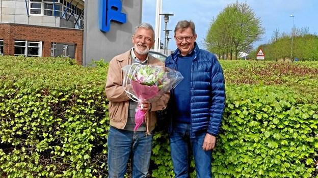 Knud Trier, Lions Hobro overrækker blomsterbuket til Asger Staunstrup, Elcold. Privatfoto