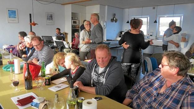 Der har været afholdt autocampertræf på Løkken By Camping. 11 autocampere fra hele Jylland deltog, og gæsterne hyggede sig en hel weekend med loppemarked, cykelture, fællessang og aftenfest med en svingom i campingpladsens fællesstue. Initiativtagere er Kirsten og Hans Jørgensen fra Gandrup som er fastliggere på pladsen i Løkken. Foto: Kirsten Olsen