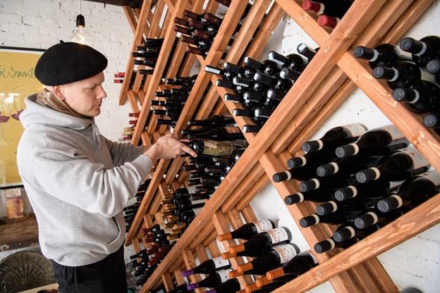200 forskellige slags vin har Karl-Emil Sams selv udvalgt til den nye vinbutik. Foto: Peter Broen. Peter Broen