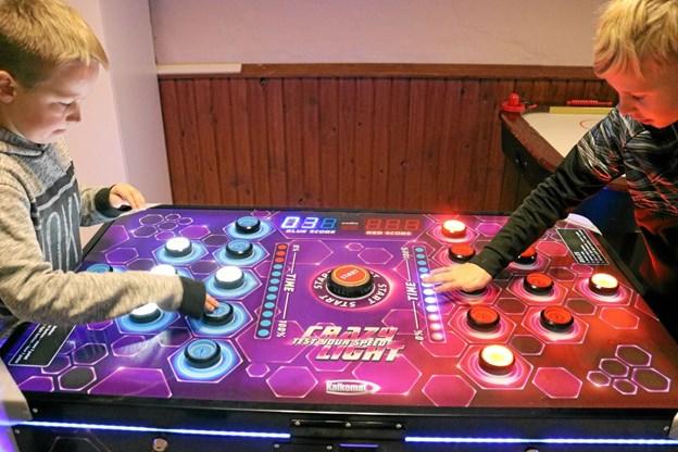 I Crasylight gælder det om at reagere hurtigt og ramme flest mulige røde eller blå knapper, når de lyser. Her er det Jakob og Tue, som dyster mod hinanden. Tommy Thomsen