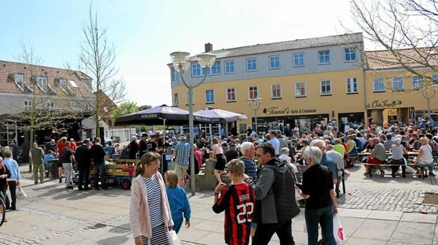 Sæby Handelsstandsforenings nyvalgte bestyrelse har på møde 12. april fordelt posterne i blandt sig således at alle får nye opgaver. Foto: Tommy Thomsen Tommy Thomsen