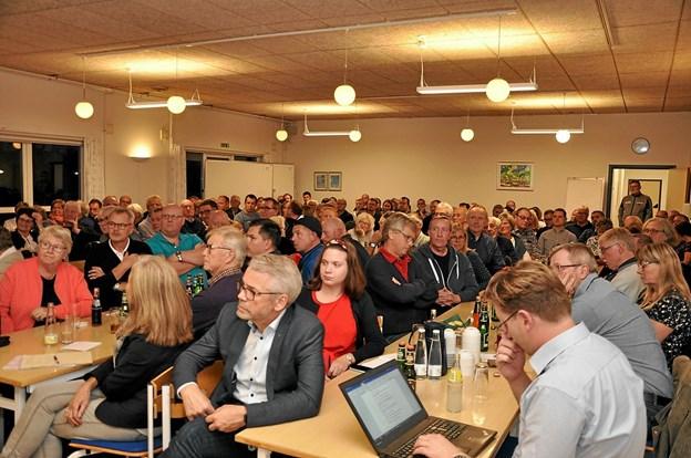 Selv de mest optimistiske forventninger om antallet af deltagere i borgermødet blev overgået. Det var på et tidspunkt nødvendigt at åbne døre og vinduer af hensyn til den efterhånden fortættede varme. Foto: Ole Torp