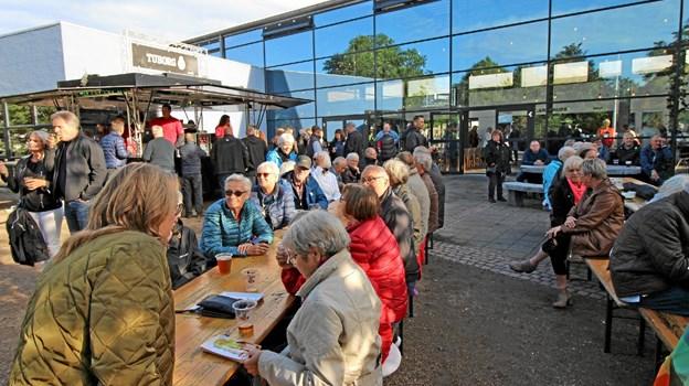 Der var også mulighed for at sidde på bænke og nyde musikken fra den store scene i Anlægget. Foto: Jørgen Ingvardsen Jørgen Ingvardsen