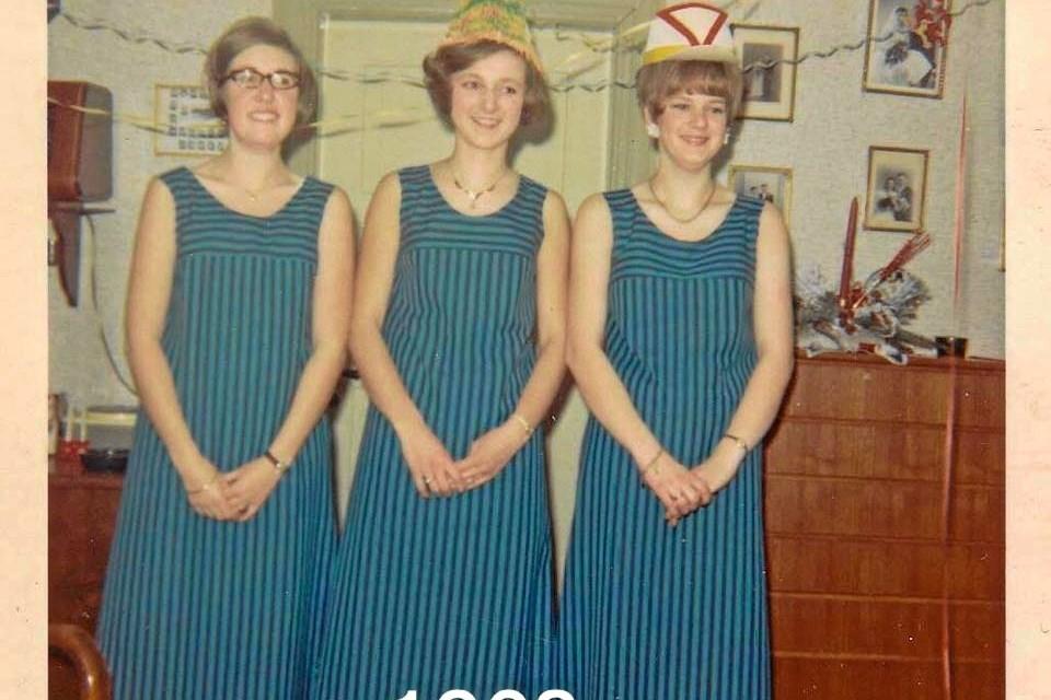 Tre yndige piger: Pigernes introduktion et år ens hjemmesyede kjoler, som slet ikke opnåede den forventede begejstring hos drengene.