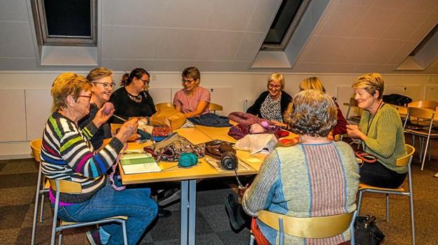 Hyggeaften den første aften i hver måned i Strikkeklubben Ret & Vrang Løgstør. Foto: Mogens Lynge