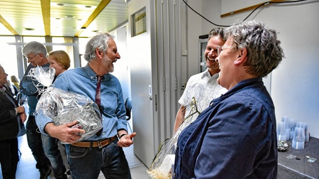 Efter 29 år sagde Holger tabel farvel til kollegaerne på Hanstholm Skole. I midten skoleleder Niels Cassøe Jepsen, der holdt talen ved receptionen på skolen.