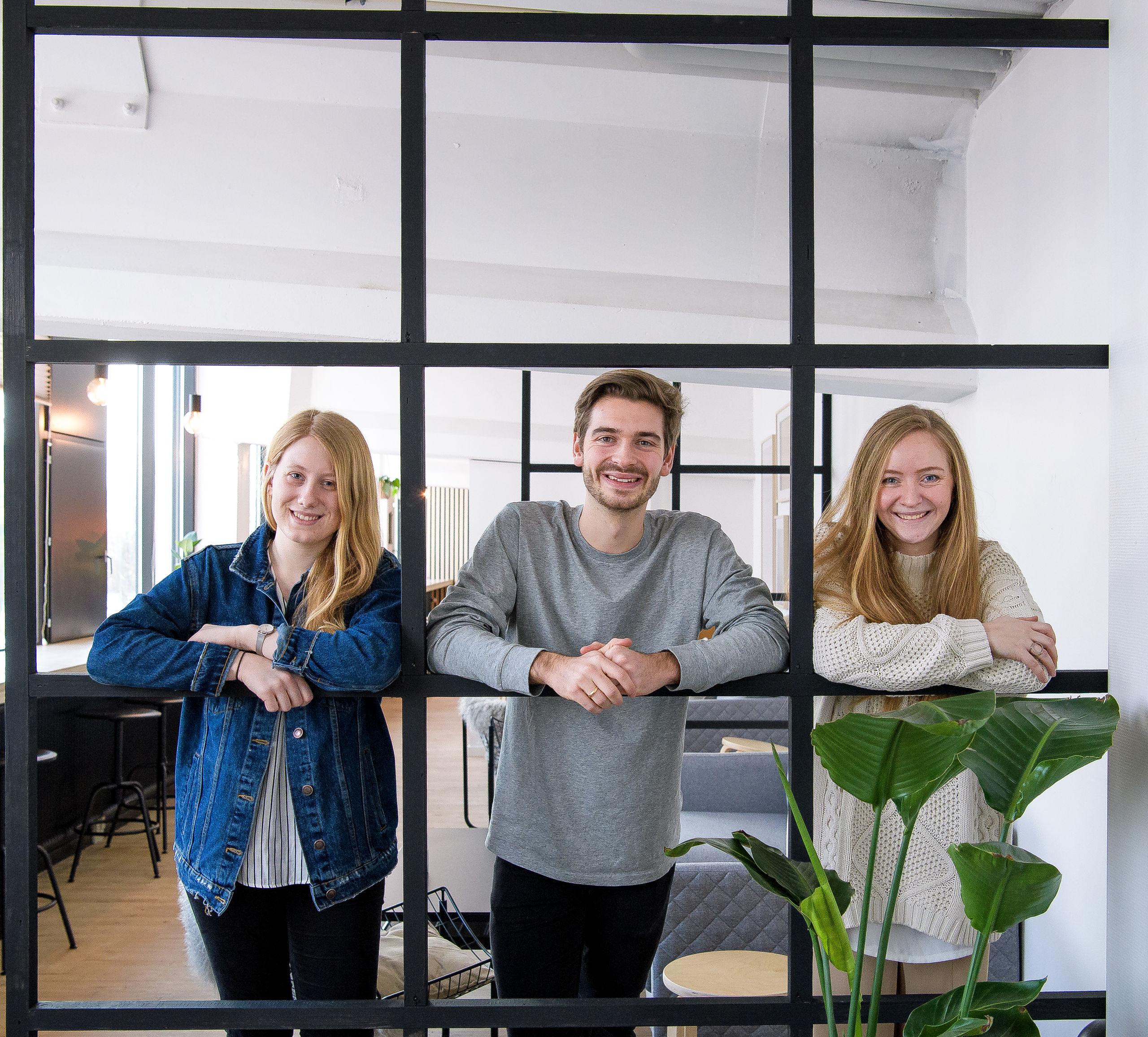 Det jo ren matematik! Clarissa Johansen (th), Kristoffer Vibæk-Riis og Josefine Immersen er klar til at give lektiehjælp. Foto: Bo Lehm