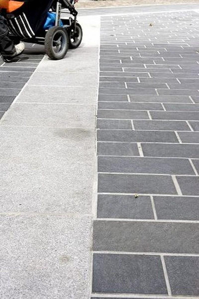 Granitfliserne kan ikke ligge på en lige linje ud til det grå bånd, fordi fliserne har forskellige størrelser og ikke kan skæres til. foto bent jakobsen