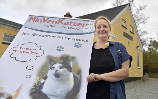 Anita Sønderup er uddannet massør og fodterapeut, ligesom hun har uddannet sig i Reiki healing og er clairvoyant dyrehealer. I 2015 startede hun internatet i Hobro under organisationen Min Ven Katten.