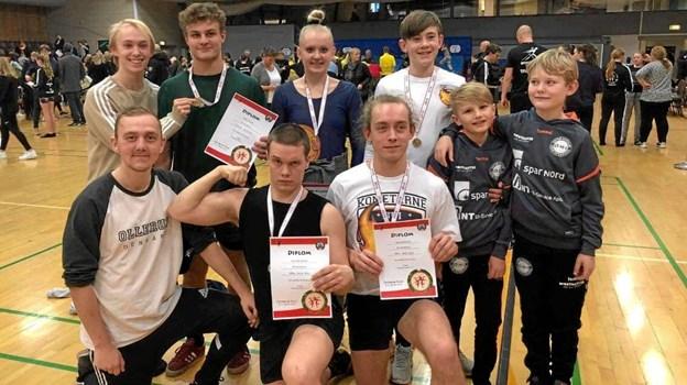 De otte springgymnaster fra Øster Hornum, der nåede i finalen ved stævnet i Dronningborg Hallen. Til venstre siddende træner Nicolai Degn. Privatfoto